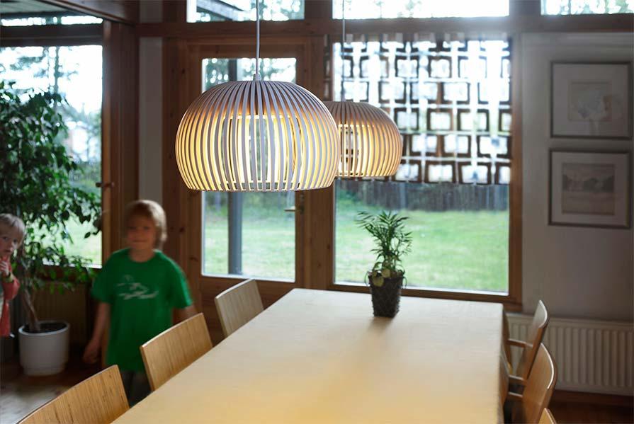 secto-design-atto-5000-pendelleuchte-haengeleuchte-pendel-holzpendel-lichtraum24-ambienteohoto-06
